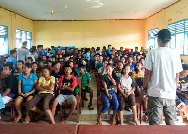 Suku Mentawai Education Foundation presenting their program to school students